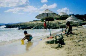 bambino che fa una moschea di sabbia