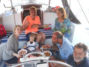 Bambini in barca su Alisea